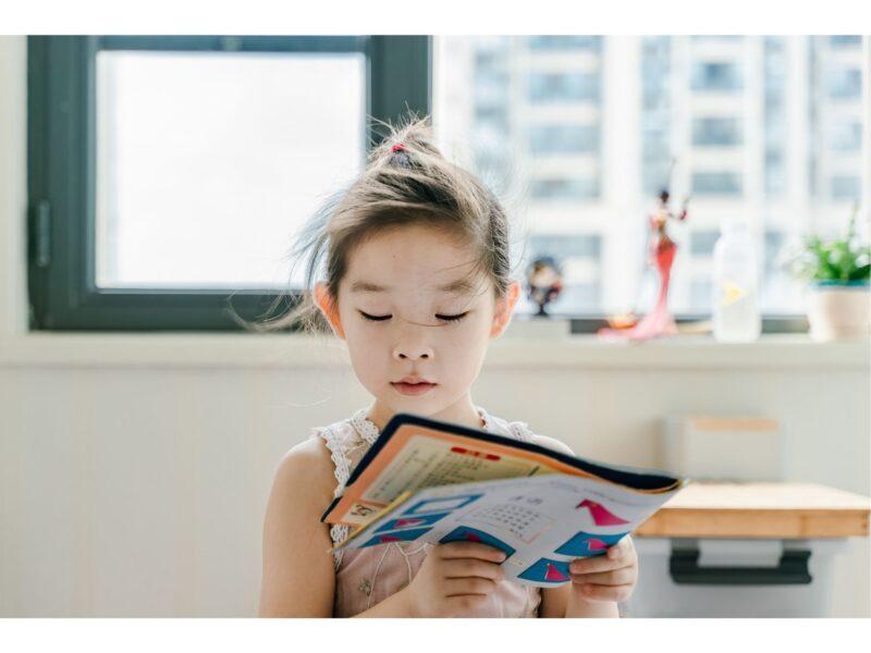 Une petite fille qui lit un livre